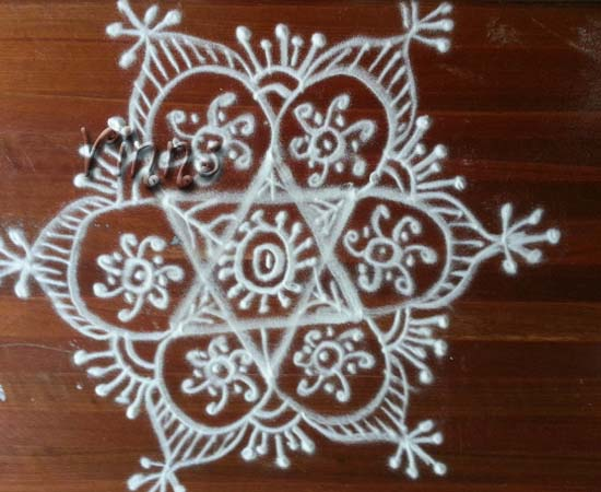 Pulli sikku kolam with 10 dots